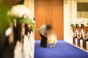 子連れ結婚式で1歳の娘にリングガールをしてもらった